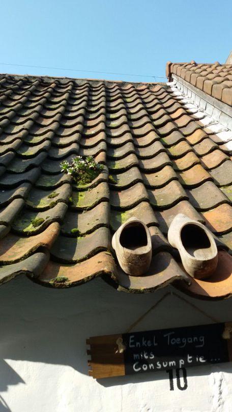 klompen op dak 2
